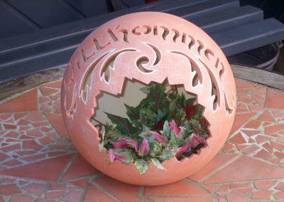 keramik-kugel-willkommen-bepflanzt